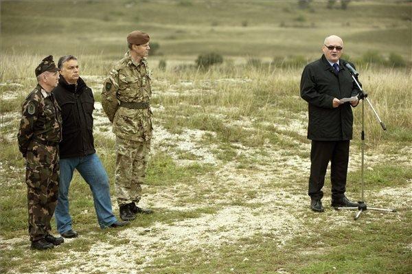 Hende Csaba honvédelmi miniszter beszédet mond a Közös fellépés 2014 hadgyakorlaton a Kőröshegyi lőtéren 2014. október 2-án. Balról Orbán Viktor miniszterelnök (b2), Benkő Tibor, a honvédvezérkar főnöke (b) és Adrian Bradshaw, a NATO szövetséges erőinek európai főparancsnok-helyettese (j). MTI Fotó: Koszticsák Szilárd