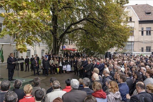 Résztvevők hallgatják Orbán Viktor miniszterelnök ünnepi köszöntőjét a Kolozsvári Református Kollégium idén indult szakoktatásának helyet adó épület avatásán Kolozsváron 2014. október 3-án. MTI Fotó: Czeglédi Zsolt