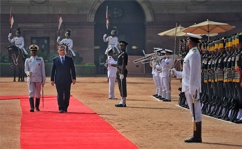 A Miniszterelnöki Sajtóiroda által közreadott képen katonai tiszteletadás mellett fogadják az elnöki palota előtt a hivatalos indiai látogatáson tartózkodó Orbán Viktor miniszterelnököt (b2) Újdelhiben 2013. október 17-én. MTI Fotó: Miniszterelnöki Sajtóiroda/Burger Barna