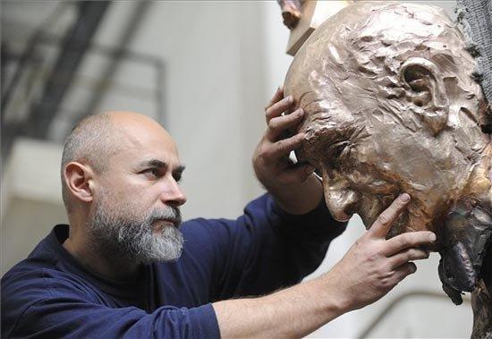 Párkányi Raab Péter szobrászművész Liszt Ferenc szobrának alkotása közben.
