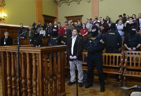 Portik Tamás (középen) hallgatja az ítéletet az ellene és két társa ellen emberölés bűntette miatt indult büntetőper tárgyalásán a Fővárosi Törvényszék tárgyalótermében 2014. február 10-én. A bíróság első fokon tizenegy év fegyházra ítélte Portik Tamást felbujtóként elkövetett minősített emberölés miatt a Prisztás-gyilkosság ügyében. A másodrendű vádlott tettesként 10 évet kapott, a harmadrendű vádlottat felmentették. MTI Fotó: Bruzák Noémi