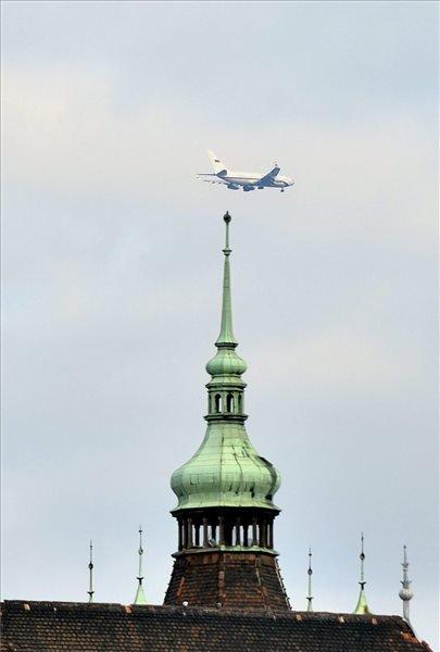 Vlagyimir Putyin orosz elnök gépe Budapest felett .