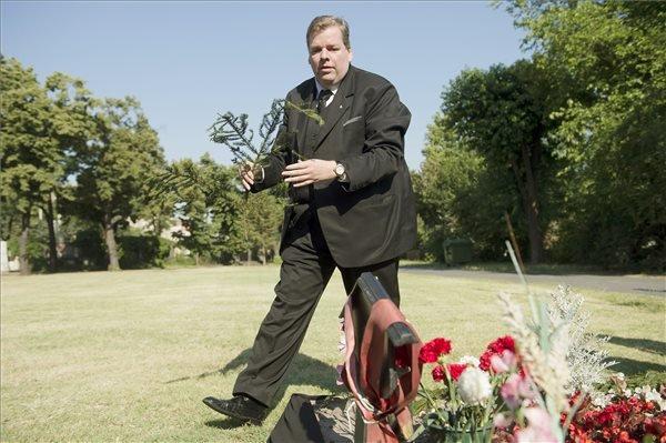 Schmuck Andor, a Szociáldemokraták Magyar Polgári Pártjának elnöke koszorút helyez el Horn Gyula sírjánál a Fiumei úti sírkertben a néhai szocialista miniszterelnök halálának első évfordulóján, 2014. június 19-én. MTI Fotó: Koszticsák Szilárd