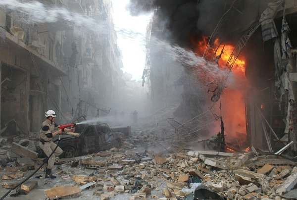 Szíriai sürgősségi ellátó személyzet eloltani a tüzet követően jelentett légicsapás a szíriai kormányerők március 7-én az pénteki ima a Sukkari szomszédságában az északi város Aleppo.