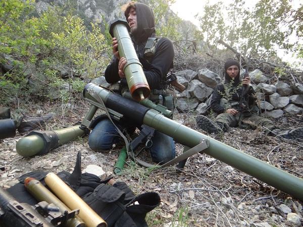 A lázadó harcos ellenőrzi a launcher falu közelében Kasab és a határátkelő Törökországgal, az északnyugati tartományban Latakia,