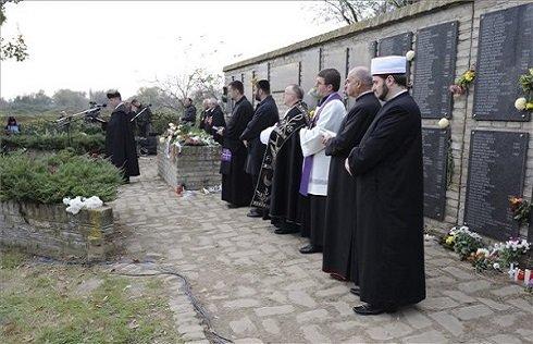 Református, katolikus, evangélikus papok, zsidó rabbi és muszlim imám az 1944-45-ös vérengzések ártatlan áldozatainak emlékműve előtt a szabadkai Zentai úti temetőben 2013. november 2-án. MTI Fotó: Kelemen Zoltán Gergely