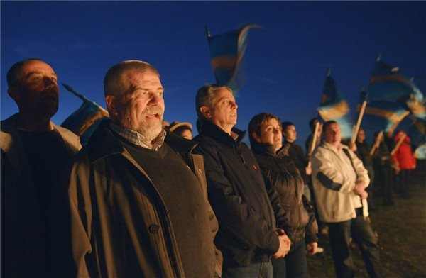 Izsák Balázs, a Székely Nemzeti Tanács elnöke (b2) énekli a székely himnuszt a háromszéki Óriáspince-tetőn, ahol a Háromszéki Ifjúsági Tanács által szervezett fiatalok őrtüzet gyújtanak a Székelyek nagy menetelését megelőző napon, 2013. október 26-án. MTI Fotó: Beliczay László