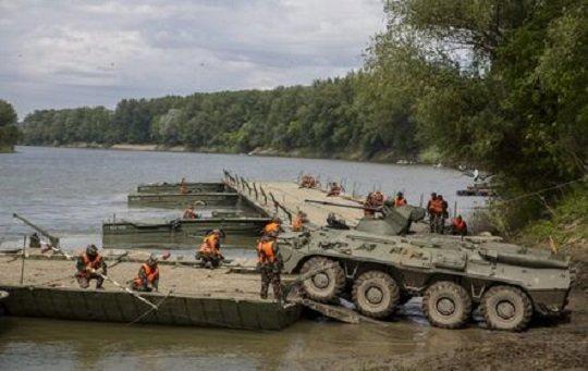 Szentes, 2016. április 27. Egy BTR 80/a páncélos csapatszállító hajt rá egy 60 tonnás kompra a Szentesi fokos 2016 elnevezésû, átkelési gyakorlaton a Tisza szentesi szakaszán 2016. április 27-én. MTI Fotó: Rosta Tibor