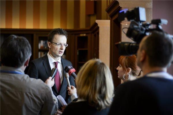 Tátracsorba, 2015. március 13. Szijjártó Péter külgazdasági és külügyminiszter nyilatkozik a sajtónak a visegrádi négyek (V4), valamint az Északi Tanács és a balti államok külügyminiszteri szintű találkozója után a szlovákiai Magas Tátrában, a Csorba-tó melletti Grand Hotel Kempinski High Tatras szállodában 2015. március 13-án. MTI Fotó: Komka Péter