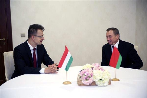 A Külgazdasági és Külügyminisztérium (KKM) által közreadott képen Szijjártó Péter külgazdasági és külügyminiszter (b) és Vladzimir Makej fehérorosz külügyminiszter tárgyal Minszkben 2015. április 29-én. MTI Fotó: KKM