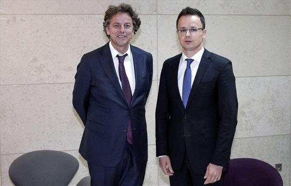 A Külgazdasági és Külügyminisztérium (KKM) által közreadott képen Szijjártó Péter külgazdasági és külügyminiszter (j) és Bert Koenders holland külügyminiszter az EU külügyminisztereinek tanácsülésén Luxembourgban 2015. június 22-én. MTI Fotó: KKM