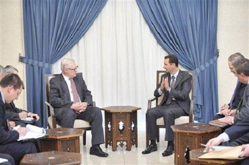 Szíria miniszterelnöke, Bashar al-Assad (j) megbeszélést folytat az orosz Sergei Ryabkov külügyminiszter helyettessel Damaszkuszban, 2013. szeptember 18-án. - Fotó: Reuters