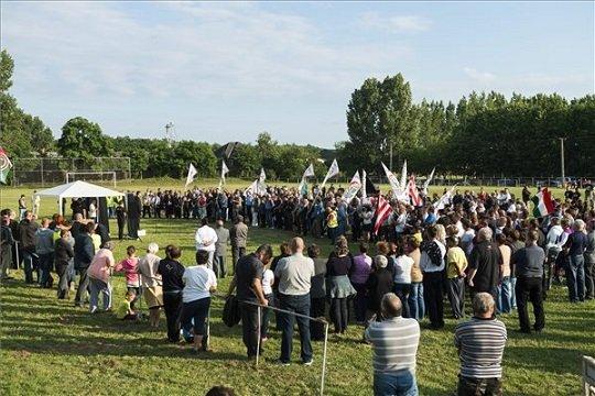 A községben június elsején bántalmazott, majd a kórházban elhunyt helyi férfi emlékére szervezett békés demonstráció résztvevői Tiszabezdéden 2015. június 26-án. MTI Fotó: Balázs Attila