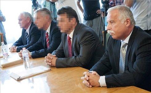 Galambos Lajos elsőrendű vádlott, aki 2004 és 2007 között a Nemzetbiztonsági Hivatal főigazgatója volt (b), Szilvásy György másodrendű vádlott, a volt Gyurcsány-kormány akkori titokminisztere (b2), P. László harmadrendű vádlott, egy orosz hátterű biztonságtechnikai cég tulajdonosa (j2) és Laborc Sándor negyedrendű vádlott, aki 2007 és 2009 között főigazgatója volt a Nemzetbiztonsági Hivatalnak (j) a volt titkosszolgálati vezetők perének ítélethirdetésén a Debreceni Törvényszéken 2013. július 5-én. Galambos és Szilvásy letöltendő, Laborc felfüggesztett börtönbüntetést kapott első fokon. MTI Fotó: Czeglédi Zsolt