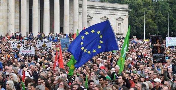 Több tízezer tiltakozó vonult az utcára Münchenben a konzervatívok ellen