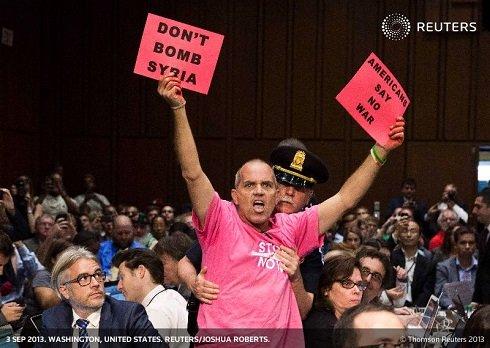 Washingtonban, a szíriai beavatkozás ellen tiltakozók egyre erőteljesebben adnak hangot véleményüknek a szenátus külügyi bizottságának Chuck Hagel védelmi miniszter és Martin Dempsey tábornok, valamint John Kerry szenátor meghallgatását követően.